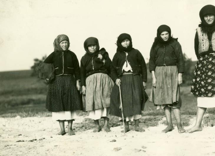 8 miles northeast of Swozdziec [Gwoździec]. Peasants on highway. September 23, 1934