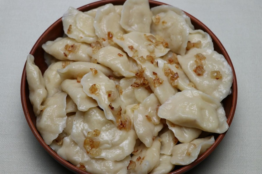 Stuffed dumplings with cheese or bryndza are served with butter or fried salo