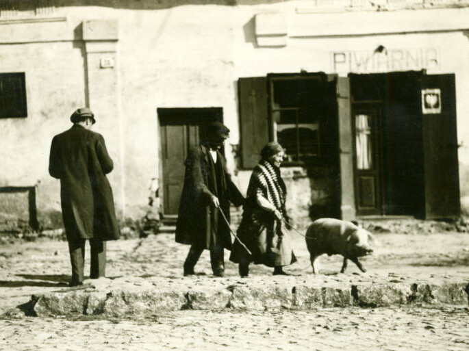 Kielce. 116 miles south of Warsaw. 2.30 P.M. Market day. North entrance to town. Peasants on sidewalk with large white hog, returning from market. September 11, 1934