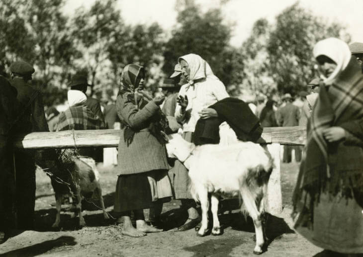bargaining at Lviv market in 1934 Ukraine