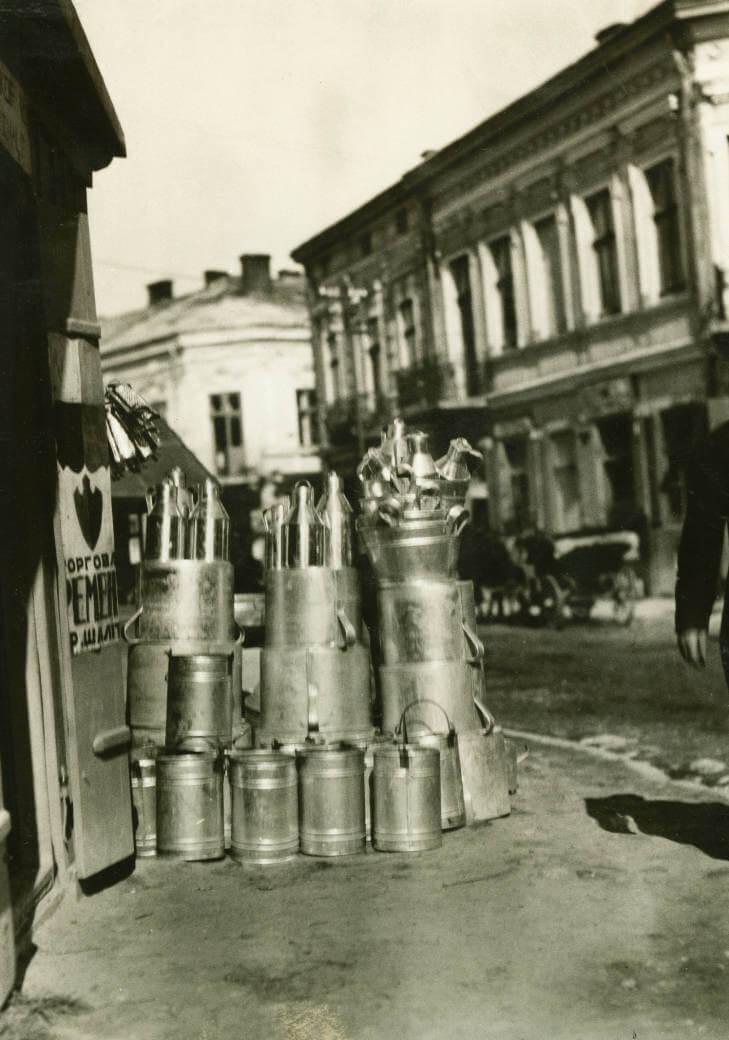 milk cans at Zolochiv market in 1934 Ukraine