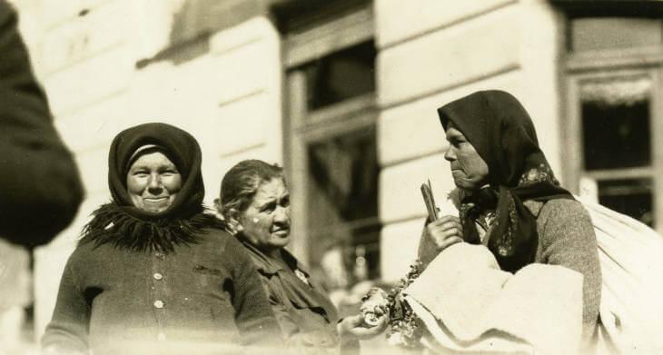 women at Zolochiv market 1934 in Ukraine