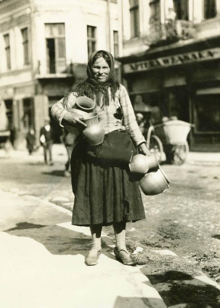 potter at Zolochiv market in 1934 Ukraine